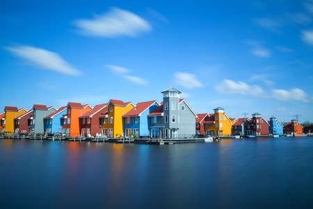 kleurrijke gebouwen op het water bij Reitdiephaven, Groningen Stockfoto