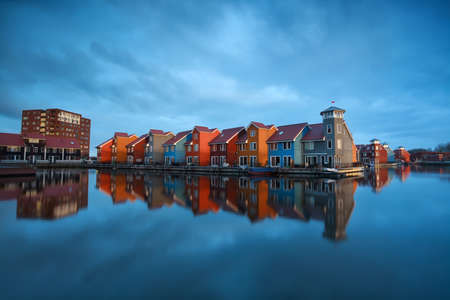 groningen: kleurrijke gebouwen op het water, Groningen, Nederland