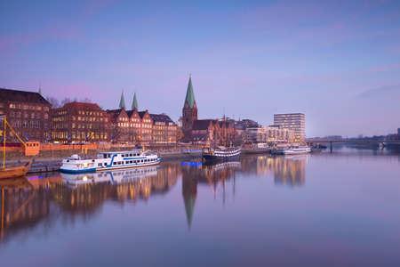 Bremen stad aan de rivier bij zonsondergang, Duitsland