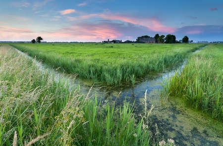 groningen: zonsondergang op Nederlandse landbouwgrond, Groningen, Nederland Stockfoto