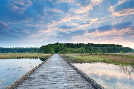 Camino De Madera Sobre El Agua Del Lago Al Amanecer, Drenthe ...