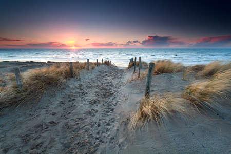 北海のビーチ日没時に砂の道