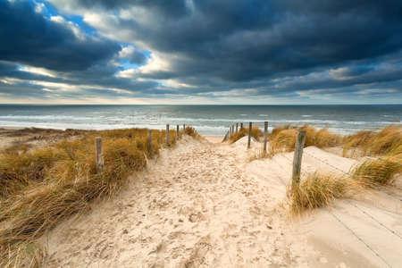 manier om stormachtig Noordzeestrand, Noord-Holland, Nederland
