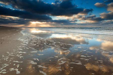 gouden zonsondergang op het Noordzeestrand, Noord-Holland, Nederland