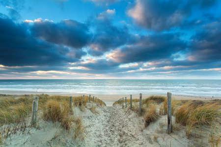 pad naar Noordzee strand bij zonsondergang, Zandvoort, Nederland Stockfoto