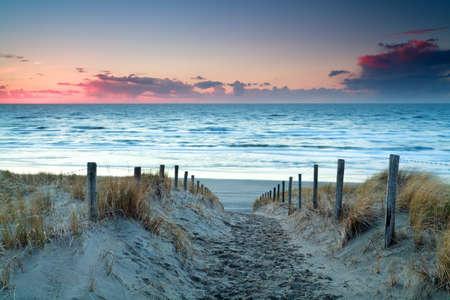 zonsondergang boven de Noordzee zand strand, Holland