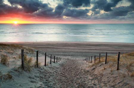 zandpad naar Noord-zee strand bij zonsondergang, Noord-Holland, Nederland Stockfoto