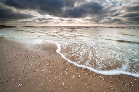 bewolkte hemel over Noordzeekust, Noord-Holland, Nederland