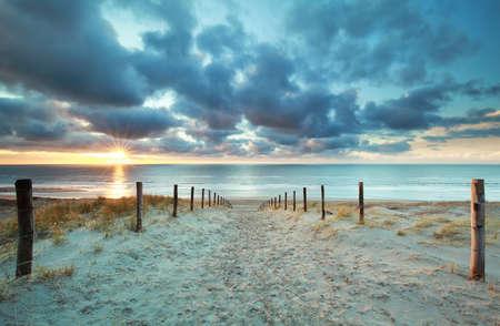 zonsondergang boven Noordzeestrand, Nederland