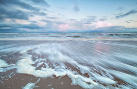 verschwommen Nordsee Welle bei Sonnenaufgang, Holland Standard-Bild