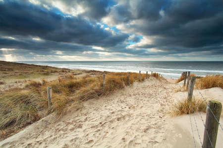 zandpad met hek aan Noordzeestrand, Nederland Stockfoto