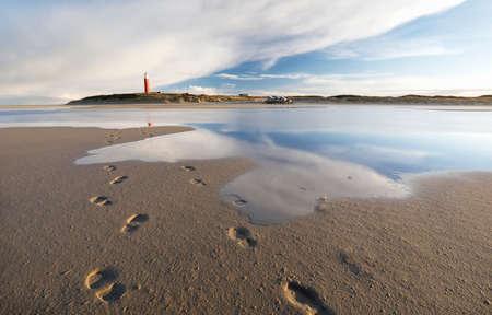 ビーチの海水に映る青空、テキセル、オランダ