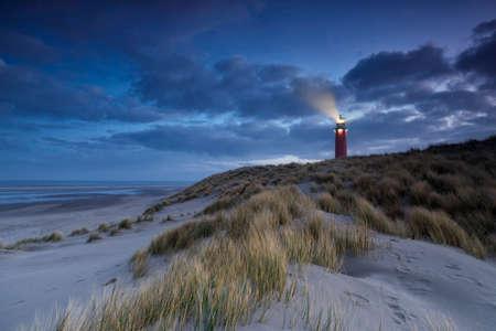 vuurtoren op duin in de schemering, Texel, Holland Stockfoto