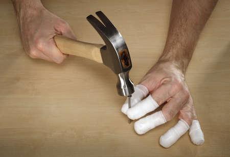 clumsy: Clumsy carpintero con el martillo y el clavo