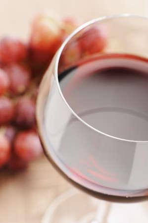 赤ワインやブドウ、セレクティブ フォーカスのガラス。