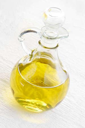 La bouteille en verre d'huile végétale sur un fond blanc