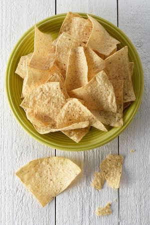 tortilla de maiz: Plato lleno de nachos hecho con chips de tortilla de maíz y salsa Foto de archivo