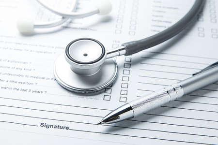 pluma estetoscopio notas de datos en documento médico Foto de archivo