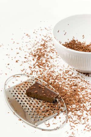 白いボウルにチョコレート横たわって個用意をしておろし
