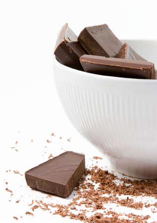 白いボール散らばってチョコレートの削りくずでダーク チョコレートの作品