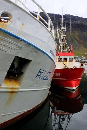 小さく、大きい船の写真 写真素材