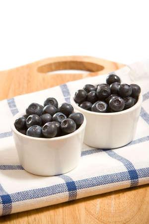 2 つの白い皿に新鮮なブルーベリー 写真素材
