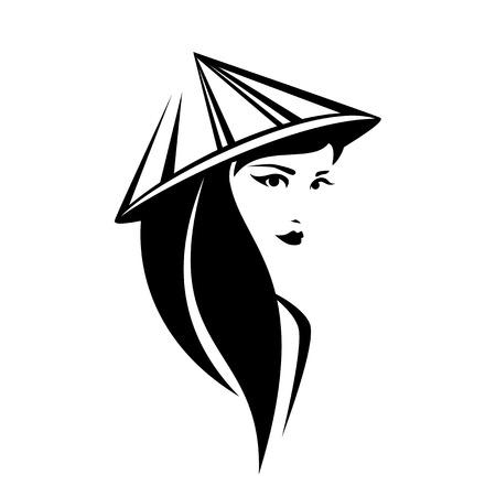 Belle femme thaïlandaise aux longs cheveux noirs portant un chapeau conique asiatique traditionnel