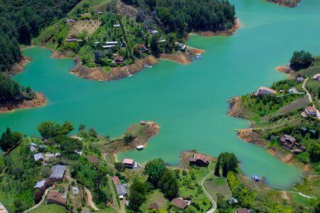 vista desde drone de casas y lagos guatape