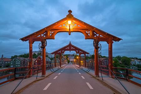 青い夕暮れ時間、Bybru - 夏の夜の古い橋トロンハイムのノルウェー都市のビュー 写真素材