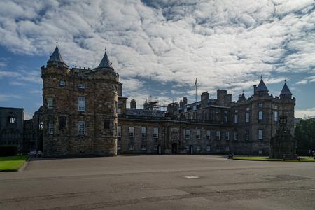 晴れた日にスコットランドのエディンバラのロイヤルマイルの終わりにホリールード宮殿 写真素材