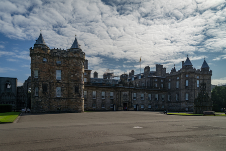 Holyrood Palace in the end of the Royal Mile in Edinburgh, Scotland on a sunny day 스톡 콘텐츠