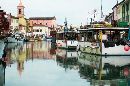 vie sociale: Cesenatico, Italie - 1 mai 2015: Le Port est l'axe principal autour duquel est le centre historique de Cesenatico, et les quais qui est encore utilis� pour la vie sociale et la promenade des citoyens et des touristes. Le port, dans sa plus int�rieur, suit toujours les lignes
