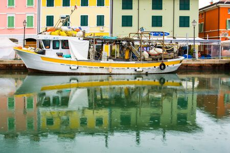 vida social: Cesenatico, Italia - 01 de mayo 2015: El puerto es el eje principal alrededor de la cual es el centro histórico de Cesenatico, y los muelles que todavía se utiliza para la vida social y el paseo de los ciudadanos y los turistas. El puerto, en su mayor parte interior, todavía sigue las líneas