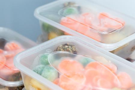 Preparación de comida Cerca de cenas caseras de pollo asado en contenedores listos para ser congelados para su uso posterior. Foto de archivo