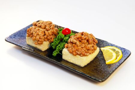 japenese: Natto en Tofu con una rodaja de lim�n en el plato