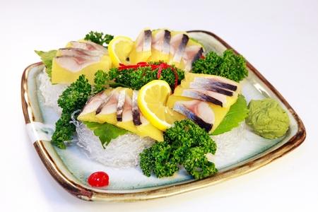 japenese: Pescado crudo en rodajas en el plato Foto de archivo