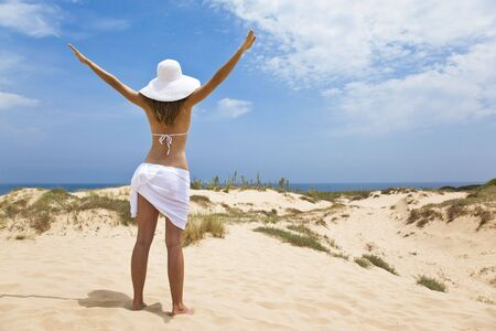 scarf beach: chica en blanco por el oc�ano
