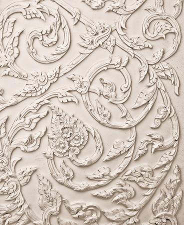La conception en stuc blanc de style tha� natif sur le mur Banque d'images