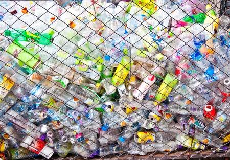 kunststoff: Die Flasche aus Kunststoff zu recyceln sein Lizenzfreie Bilder