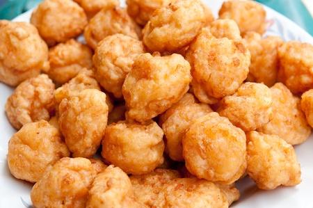 pescado frito: El primer de bola de camarones fritos Foto de archivo