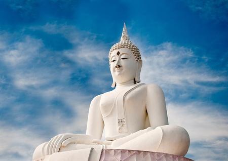 Le statut Bouddha blanc sur fond de ciel bleu