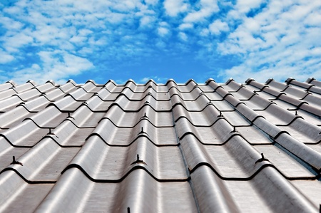 La tuile de toit sur R�sum� fond de ciel bleu