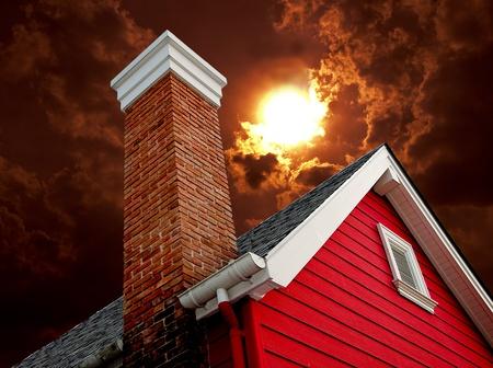 La vieille maison avec chemin�e sur fond soleil Banque d'images