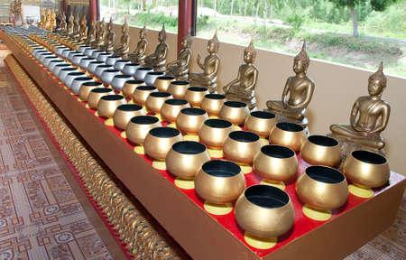 limosna: Los monjes limosnas taz�n de fuente