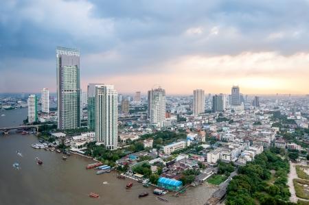 하부 구조: 차오 프라야 강, 태국을 따라 방콕의 도시 스톡 사진