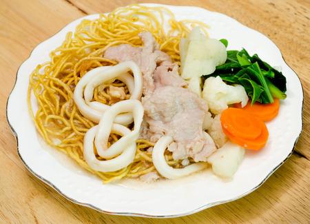 tremp�e: Frit croustillant nouilles aux oeufs avec la viande de porc et de calmars et chou tremp� dans la sauce