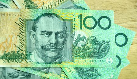 Colorful de la monnaie australienne sur la table en bois