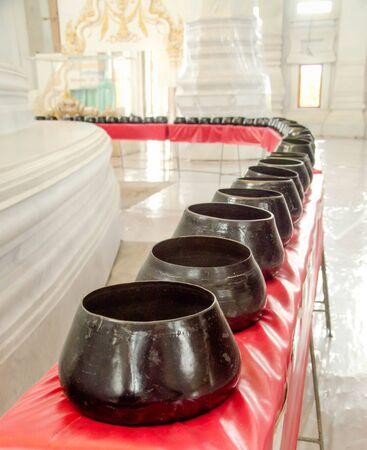 limosna: El dinero donado puso en cuenco de las limosnas del monje budista