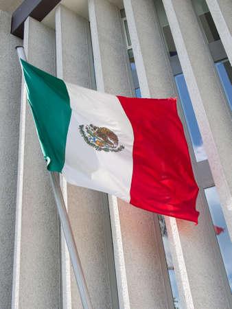 bandera de mexico: bandera de México frente a la embajada de México, ?? Berlín, Alemania