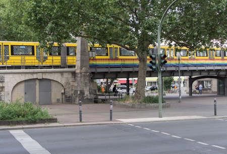 homosexuales: BERL�N, ALEMANIA - 10 de julio, 2016: tren cerca de la estaci�n de metro Nollendorfplatz, bandera del arco iris, comunidad gay en Berl�n Editorial